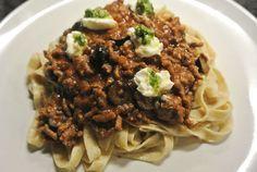 Verse pasta met gehakt, tomatensaus en olijfjes. Afgemaakt met ricotta en pesto. Echte verse smaken en niet moeilijk om te maken!    25 minuten Makkelijk 0 - 5 euro pp   Ingrediënten voor 4 personen: 200 gr pasta bloem 2 eieren 500 gr