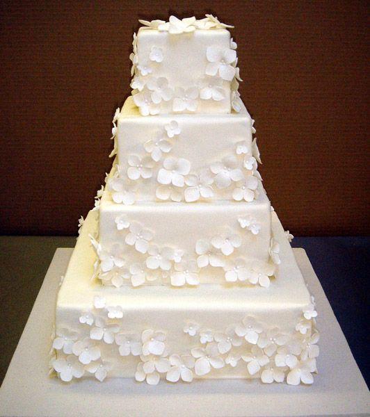 Ein Torte mal nicht in rund, sondern eckig und das auch noch mit Blüten...wunderschön, auffällig und elegant zugleich...