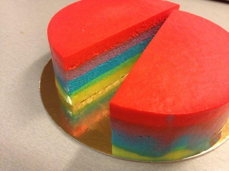 Rainbowmoussecake färgad med pastafärger från SugarKitchen;  Ice Blue, Christmas Red, Grape Violet och Party Green. Vill du veta mer om SugarKitchen?