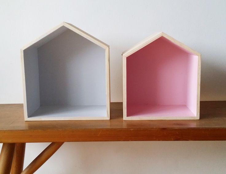 """Maisons en bois brut à poser sur un joli meuble vintage ou à accrocher au mur pour en faire une petite étagère. Ces deux petites maisons ont été repeintes en gris nuage et rose blush.  Dimensions : L: 20cm, l: 12cm, h: 22,5cm L: 17,5cm, l: 12cm, h: 20cm  Vous pourrez choisir les couleurs devos petites maisons... <h2><img alt=""""oiseau-mon-petit-meuble"""" src=""""http://cluster013.ovh.net/~monpetitt/wp-content/uploads/2014/01/oiseau-mon-petit-meuble.jpg"""" width=""""45"""" height=""""48"""" /> Son ..."""