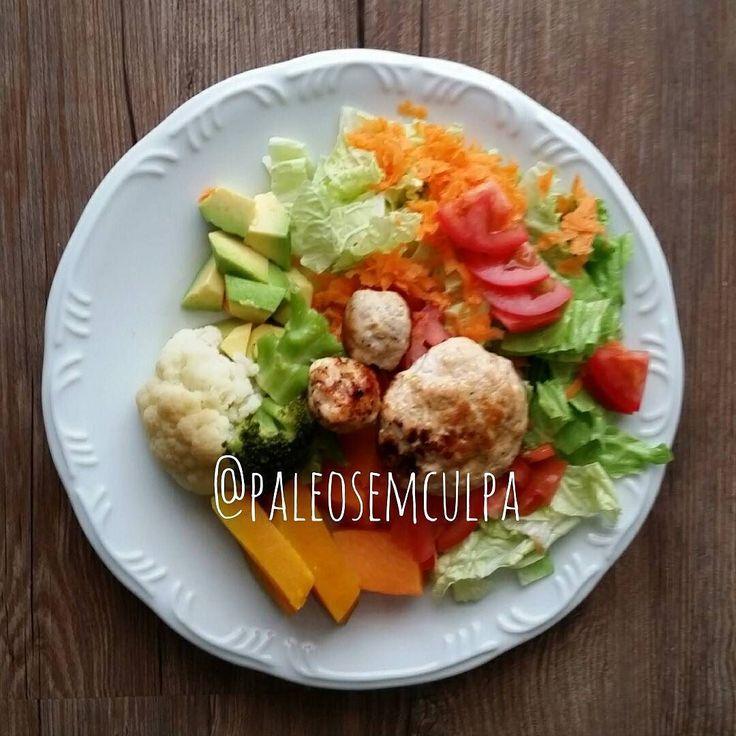 Para quebrar o jejum: alface acelga tomate abacate cenoura couve flor brócolis abóboras e hambúrguer de frango. Se estava bom? Siiiimmmm. #dietas #dieta #dietasempre #dietasemsofrer #dietapaleolitica #dietapaleo #paleodiet #realfood #eatclean #eatcleantrainmean #primal #primalfood #primaldiet #dietaprasempre #mydiet #mydietdiary #mydietplan #paleotips #paleo #paleolitica #paleoliving #paleolife #paleofood #paleofriendly