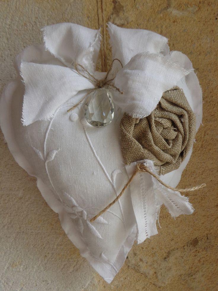 **COEUR A SUSPENDRE EN LIN BLANC BRODE ET PAMPILLE EN CRISTAL : Accessoires de maison par fleur-de-lin-creation