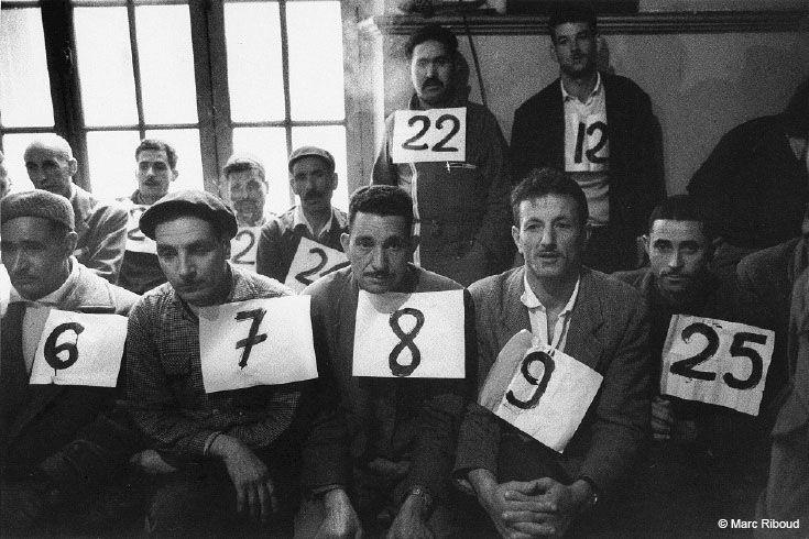 Algérie, la Mitidja, 1963. La grande majorité des algériens étaient analphabètes. Ici, pour que les ouvriers d'une entreprise puissent élire leurs représentants, ceux-ci arborent des numéros.