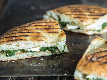 Gegrilltes Pide-Sandwich mit Spinat und Camembert