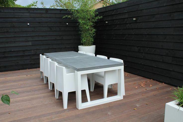 Beton tafelblad op een tuintafel.