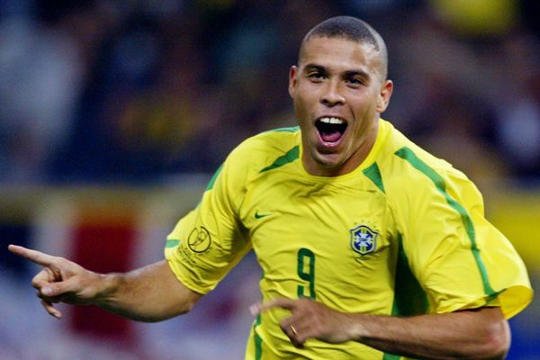 No final de 2002, Ronaldo foi comprado pelo Real Madrid fazendo parte dos Galáticos, com Zidane, Roberto Carlos e companhia ...