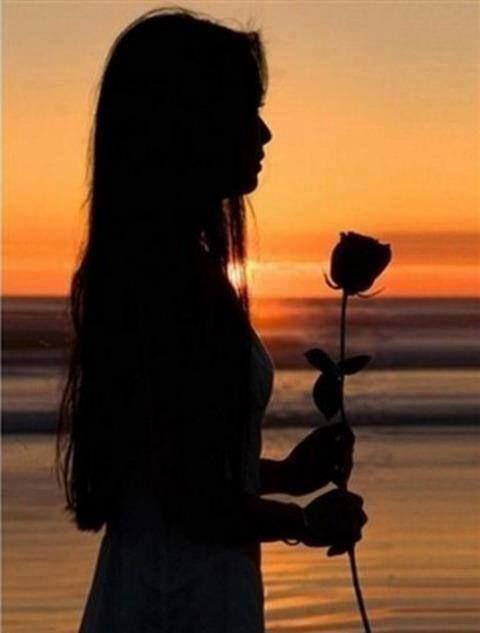 Ne akkor hozz nekem virágot.   Ne akkor hozz nekem virágot mikor már végleg elmegyek! Ott már a vöröslő rózsák nem nyílnak. Elhalnak velem.  Hiába ontasz majd könnyet, akkor már nem fáj nekem. Csak csönd lesz, s beterít lágyan az éjszaka sötét köpenye.  Ne akkor sírj mikor késő, ott már nem látom könnyedet! Ott már csak hűsítő harmat lesz, amely síromra pereg. Ne akkor jöjj mikor késő!