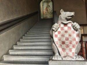 L'interno del Palazzo Comunale e lo stemma della città