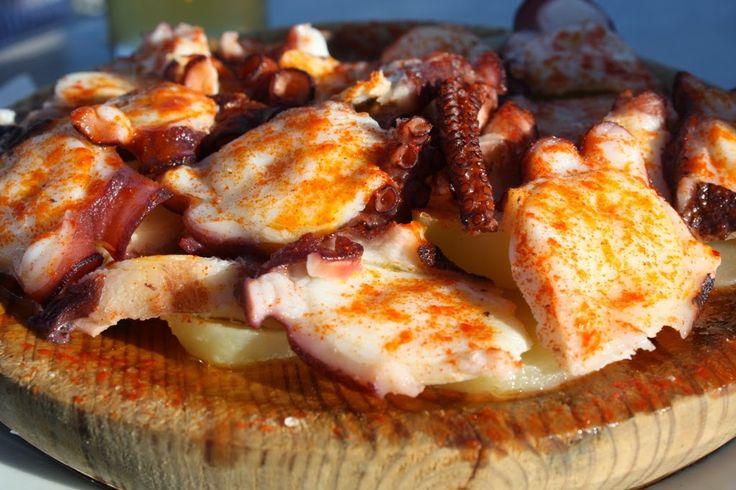 """POLPO ALLA GALIZIANA  Come si intuisce dal nome, la ricetta del """"polpo alla galiziana"""" viene dalla regione della Galizia, nel nord-ovest della Spagna, famosa per la città di Santiago de Compostela, meta del celebre cammino. In spagnolo questa portata si chiama """"pulpo a la gallega"""", ma nella sua terra di origine viene detto """"polbo á feira"""", ovvero """"polpo della fiera"""". Si tratta, infatti, di un piatto che viene preparato in occasione delle feste cittadine."""