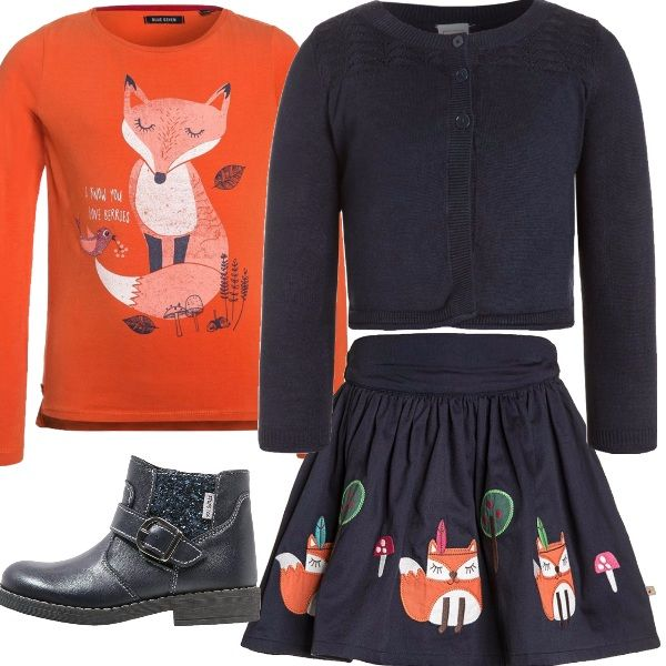 In questo outfit la volpe, simbolo di intelligenza, è protagonista. Una grande volpe campeggia sulla maglia a maniche lunghe, arancione. Tante piccole volpi arancioni sono disegnate sulla deliziosa gonna a campana blu. Con le temperature di queste settimane, un cardigan è necessario, l'ho scelto blu a tinta unita, come gli scarponcini con fibbia. Perfetto per la scuola.