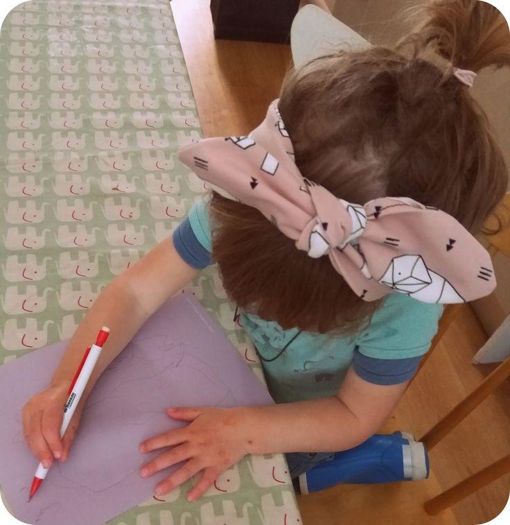 Ik maakte enkele leuke haardbandjes voor Stella, van die simpele die je kan knopen boven op het hoofd, ook wel 'Head Tie' of 'Head Wrap...