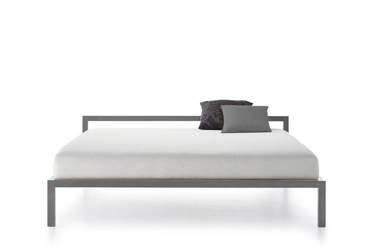 Letti singoli e matrimoniali, anche con baldacchino, dal design pulito ed essenziale. Scopri tutte le versioni sia di colore che di struttura della linea ALUMINIUM BED.