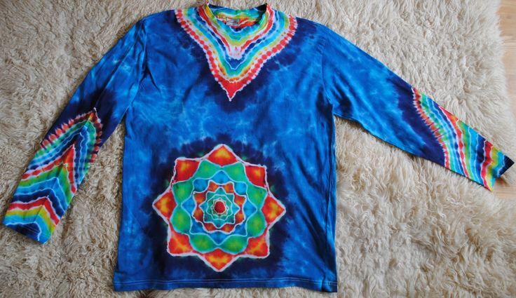 Pánské+triko+XL+-+Mandala+v+tmavě+modré+Originální+batikované+pánské+triko+s+dlouhým+rukávem+vel.+XL.+Rozměry:+šířka+121+cm,+délka+80cm+Triko+je+vysoké+kvality+gramáž+200g/m2.+Barveno+kvalitními+reaktivními+barvami,+první+vyprání+v+ruce,+potom+v+pračce+na+30-40+st.+Možno+vyzvednout+a+vyzkoušet+v+Brně.