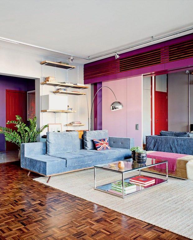 Cores vivíssimas em todos os cômodos: apartamento com pitadas retrô é a cara dos donos