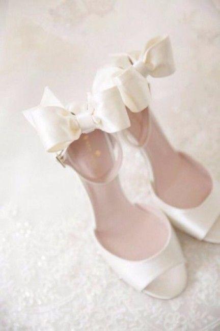 Scarpe da sposa con fiocco e spuntate color bianco latte