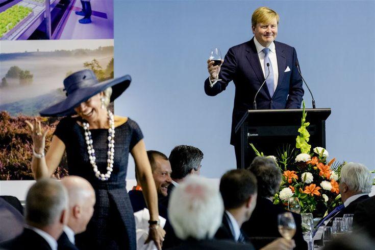 AUCKLAND - Koning Willem-Alexander en koningin Máxima hebben in Auckland voor veel hilariteit gezorgd bij een lunch voor zakenmensen uit Nederland en Nieuw-Zeeland. Het gezamenlijk optreden had ingestudeerd kunnen zijn, maar was geheel spontaan. (Lees verder…)