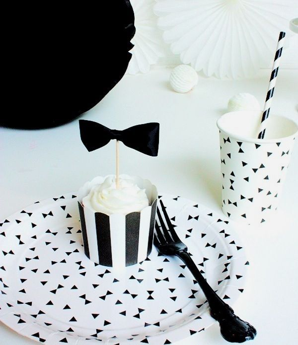 Love this black and white table decoration. #tabledecoration