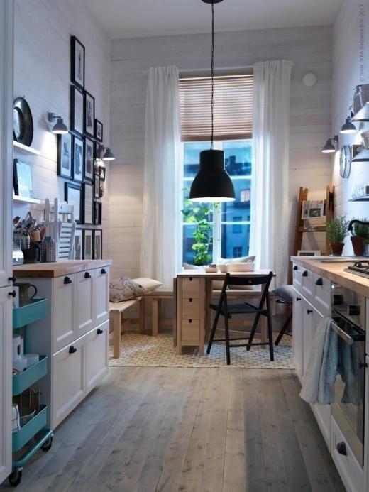 Schmale skandinavische Küche mit Bänken / Small kitchen with benches