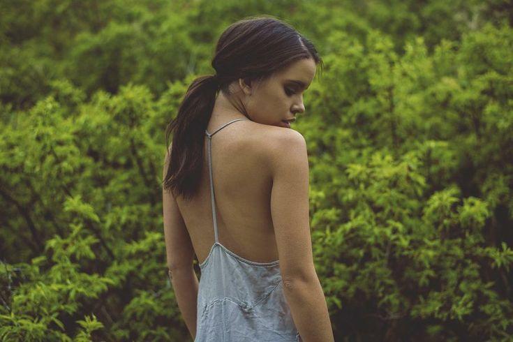 ¿Qué es la Escoliosis? .-Los síntomas abarcan:   - Dolor de espalda o lumbago.  - Sensación de cansancio en la columna después de pararse o sentarse por mucho tiempo.  - Hombros y cadera que aparecen desiguales (un hombro más alto que el otro.)  - Curvatura de la columna más hacia un lado.  El tratamiento que debes de seguir si la padeces depende de estos factores:  - La causa de la escoliosis.  - La localización de la curvatura en la columna.  - El tamaño de la curvatura.  - Si tu cuerpo…