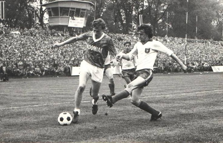 Radomiak Radom play Widzew Łódź in the 1984-5 season.  So much to like in this photo, the full stands and the Radomiak graphic on the shirt