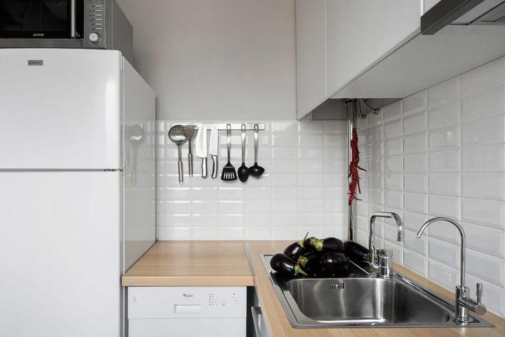 белая кухня в дизайне студии в хрущевке