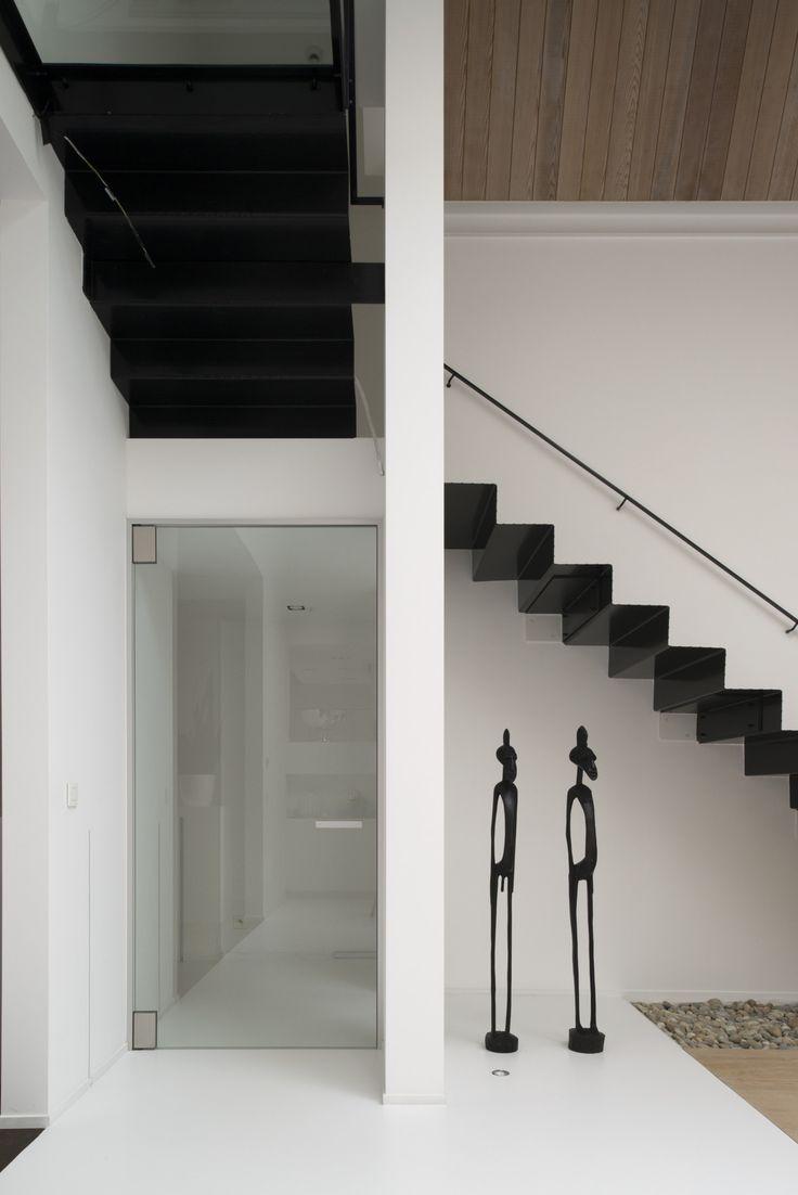 Moderne glazen deur van Anyway Doors, zonder inbouwelementen in de vloer en een goede afdichting door de combinatie met de minimalistische omlijsting...