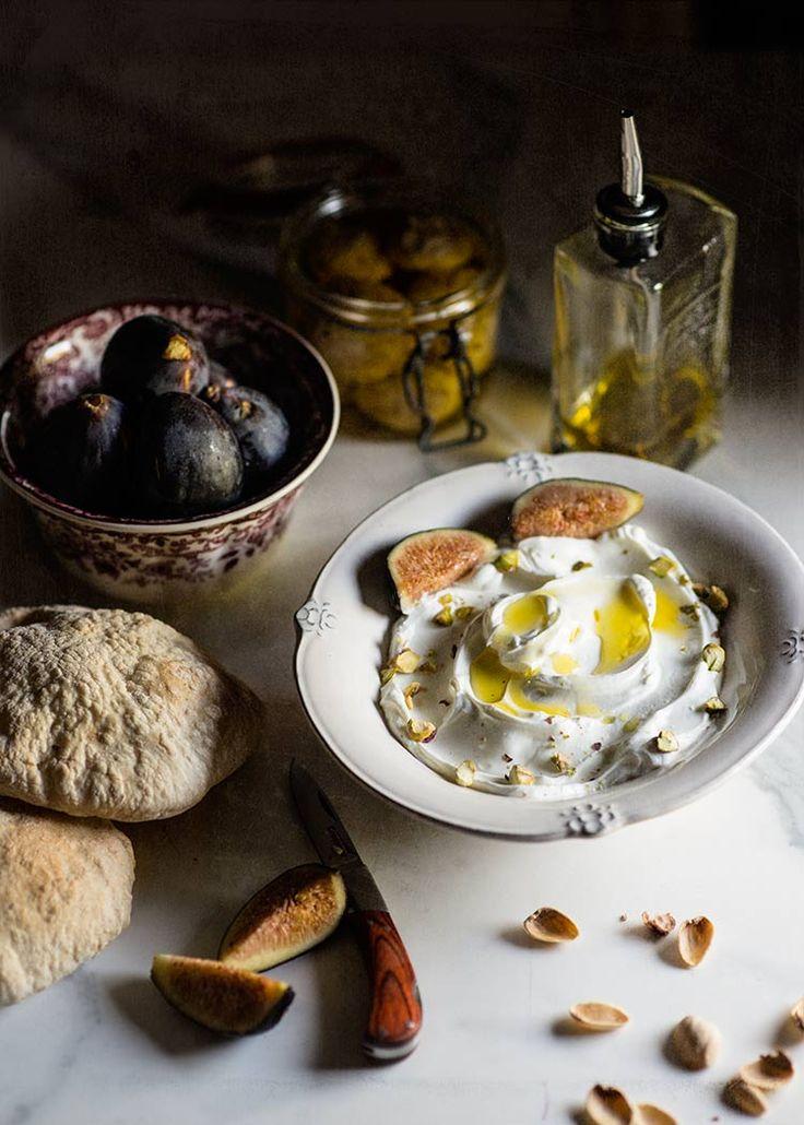 Labneh casero o queso de yogur, yogur desuerado y sazonado típico de Medio Oriente muy fácil de hacer. Elaboración con fotos paso a paso y consejos.