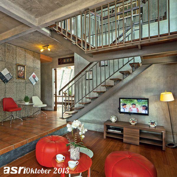 Batasan pada ruang menonton TV dengan area lainnya dibedakan dengan split level setinggi 40 cm. Selain itu, arsitek juga bermaksud memberika...