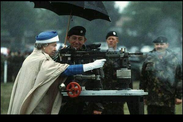 Elisabetta II spara con un fucile da battaglia britannico L85, nel 1993 -