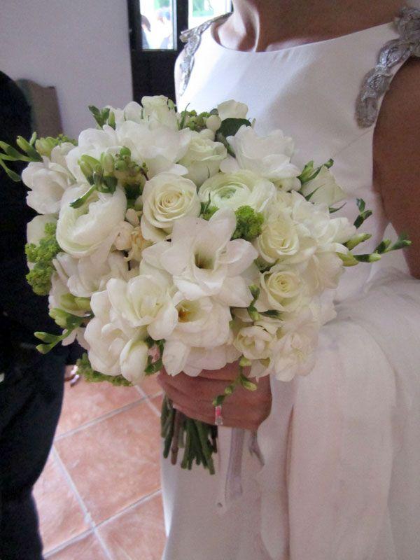Ramo de novia de rosas y lirios blancos #boda #ramos
