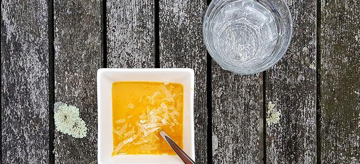 Een romige pompoensoep met winterpeen en Parmezaan