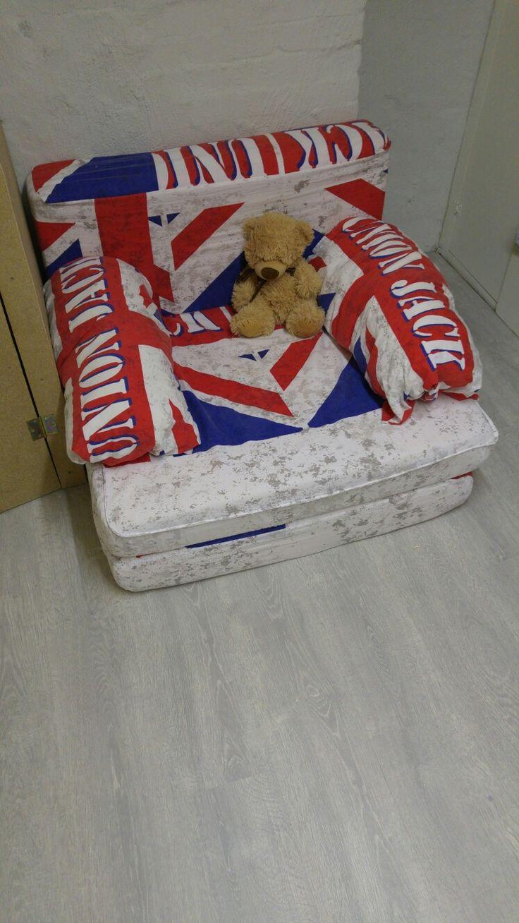 bedbank gemaakt van een oude matras en dekbed overtrek. Ideaal voor extra slapers.