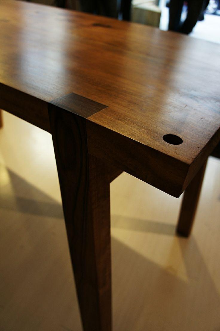 Walnut table, leg joint