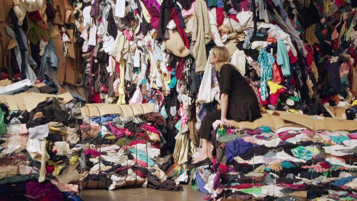 Del 8 av 10. Vintagemodet är hetare än någonsin och återvunna kläder är i modevärldens fokus. Kobra undersöker hur gamla kläder blivit det allra senaste. Vi följer de använda plaggen på deras resa över jordklotet, från London till en liten jordbävningsdrabbad by i Indien och tillbaka till västvärldens trendiga vintagebutiker. Programledare: Lina Thomsgård och Kristofer Lundström.