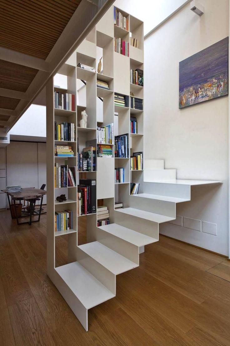 Une belle réalisation d'escalier tout en légèreté avec bibliothèque en lieu de garde corps