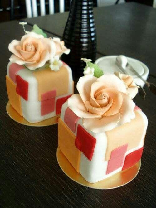 Mini Wedding Cakes: Square Peach