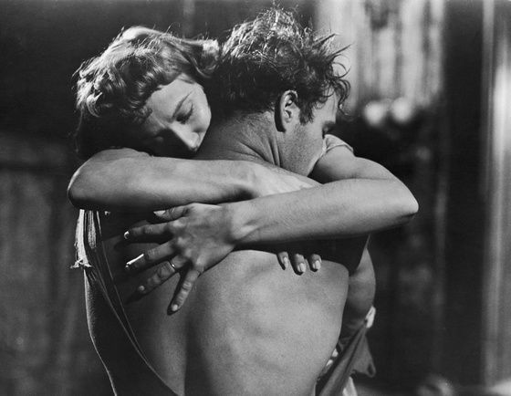 1951 : Marlon Brando et Kim Hunter dans le film Un Tramway nommé Désir.