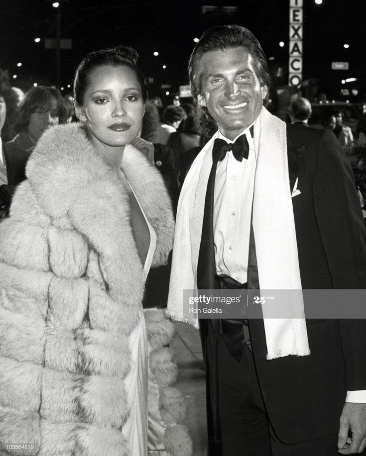 ニュース写真 Barbara Carrera and Hamilton during... in