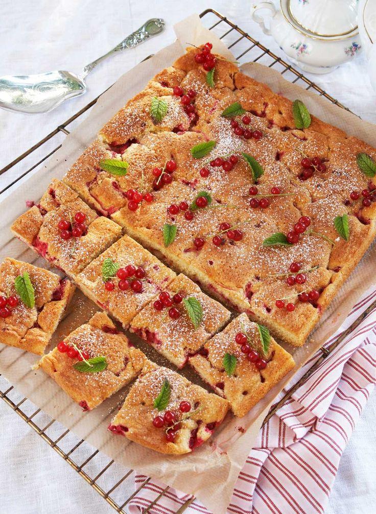 Ripskake – Herlig og myk langpannekake med frisk smak av rips. En kake gir ca. 24 ruter.