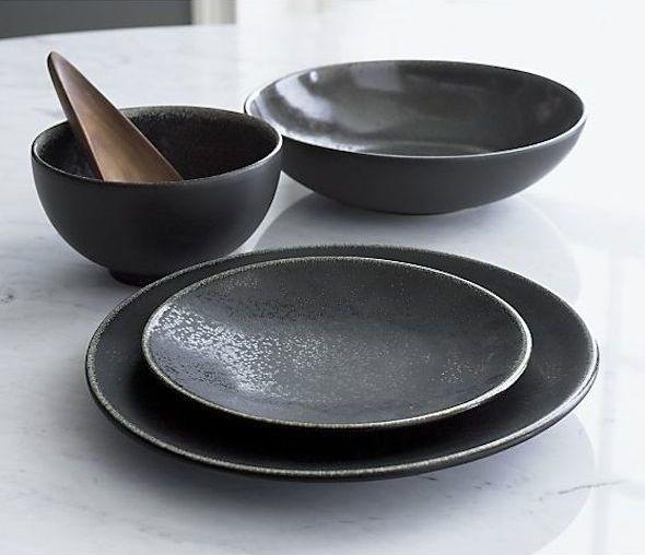 Zwart servies op de eettafel | Interieur design by nicole & fleur