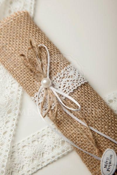 Μπομπονιέρα γάμου πακετάκι λινάτσας με βαμβακερή δαντέλα και πέρλα