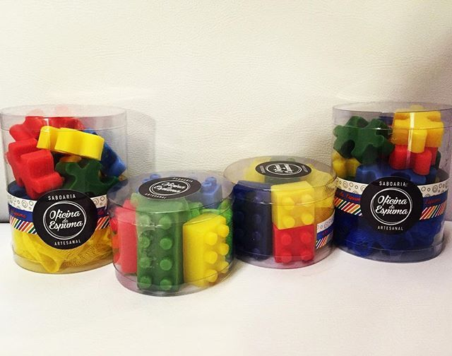 Para um banho colorido e animado, sabonetes de Lego e Quebra-Cabeça com cheirinho tutti frutti. E já vêm com a esponja! :) #sabonetelego #sabonetequebracabeça #saboneteartesanal #sabonete #lembrancinha #festalego #lego #quebracabeça #festainfantil #festabrinquedos #soap #handmadesoap #presente #criança #infantil