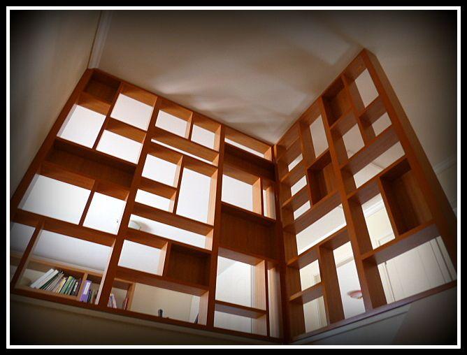 Biombo enchapado para cubrir espacio en caja escala. Visto desde el primer piso.