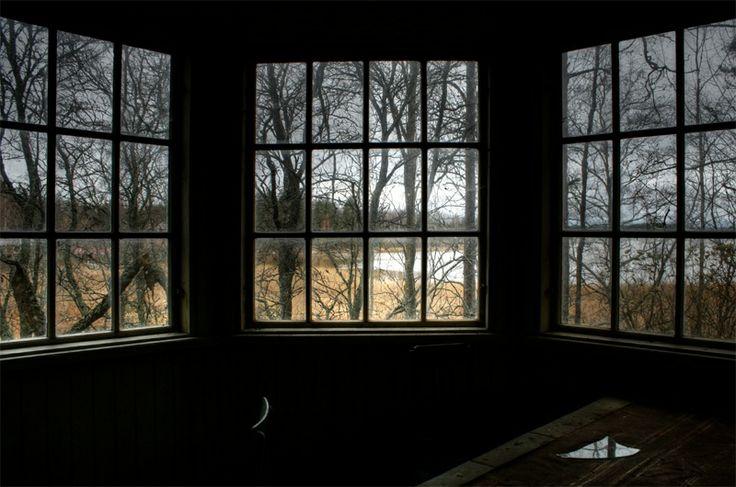 Syys kuin iäisyys, kelit jo kylmenee, hylätyn huvilan verannallakin.