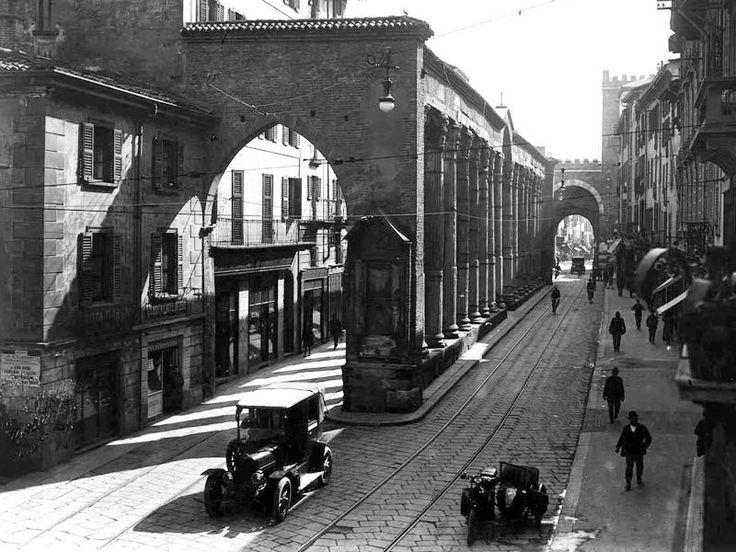 Corso di Porta Ticinese, le colonne di San Lorenzo prima dell'apertura della piazza.