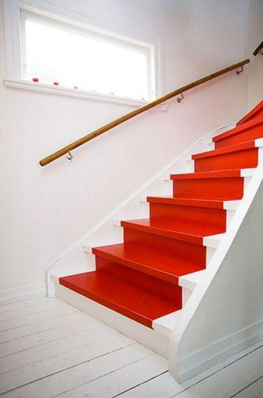 Simple et très déco des escaliers en bois avec un tapis peint avec une peinture rouge sur une base blanche