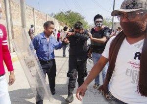 A pesar de los esfuerzos del Gobierno mexicano en intervenir en Guerrero con fuerzas federales y con el Ejército a partir de los hechos de Iguala, la violencia no sólo no se logró contener sino que va en aumento, con ayuntamientos y policías dominados por la delincuencia organizada a través de la extorsión, coincidieron expertos […]