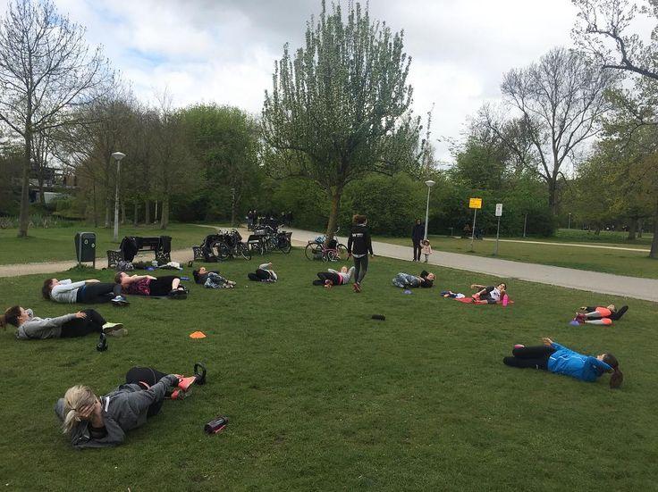 Vandaag mocht ik deze gezellige groep sportieve meiden onder handen nemen voor @workout_amsterdam . Lekker gewerkt chicka's #vondelpark #workout #workoutamsterdam #love2workout