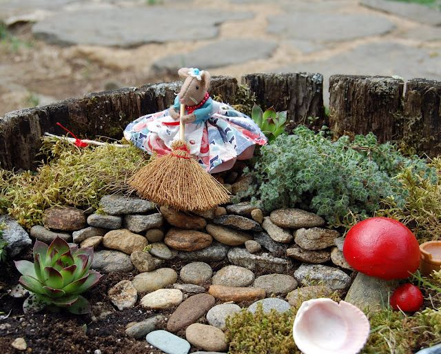 Not Quite Donna Reed: Happy May Day & DIY Fairy Garden!: Fairies Crafts, 2011 Fairies, Sweets Giveaways, Minis Gardens, Fairies Gardens, Fairies Land, Diy Fairies, Fairy'S Gnom Gardens, Felt Mouse