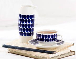 Arabias Tuokio-serie. Kan användas ihop med den vanliga 24h-serien om man tycker det blir för mycket med allt blåvitt.